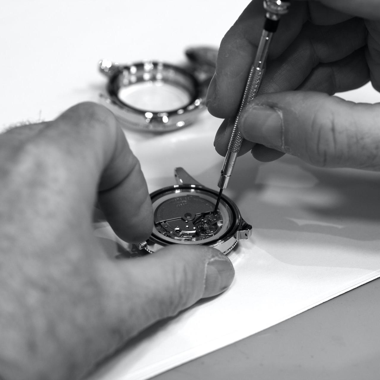 Un homme qui assemble la montre